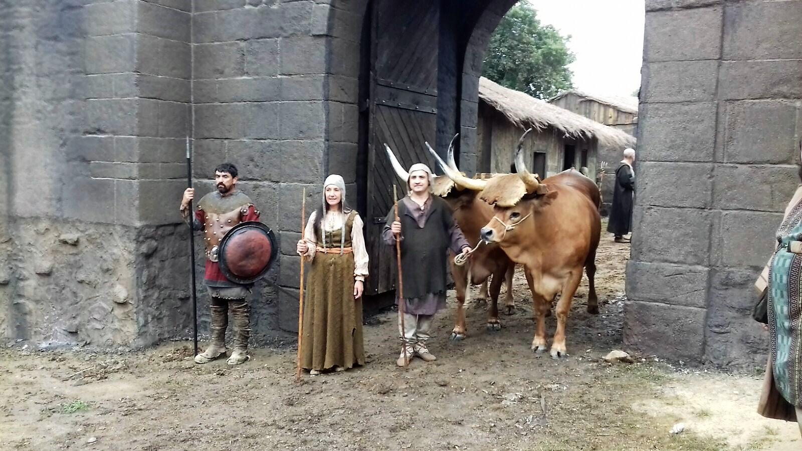 Mario Nogueira y Cristina con sus bueyes mansos en el rodaje de la serie televisiva,