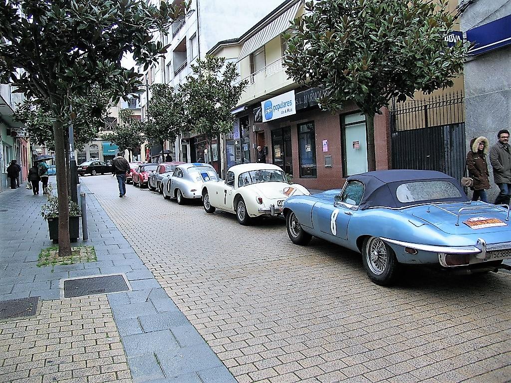 Los coches clásicos del Rali de Invierno estacionados en la calle Doctor Vila de A Rúa.