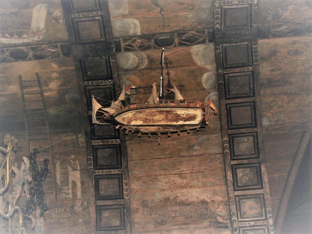 El galeón suspendido en el techo del Santuario de As Ermitas