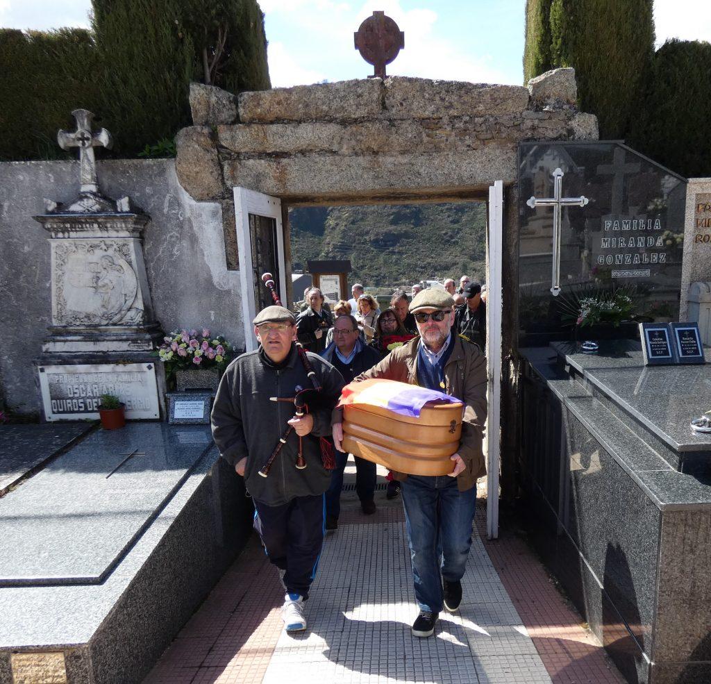 Con los restos óseos de su tío para darle sepultura