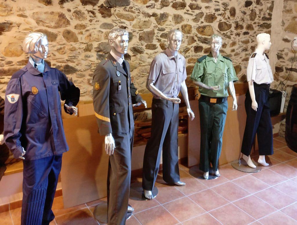 Uniformes policiales colocados en la Casa de Cultura de Rubiá