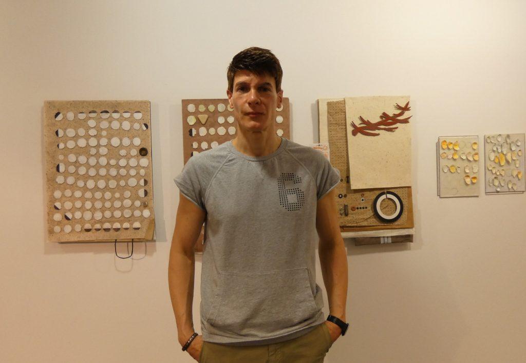 Jorge Barredo, junto a su obra