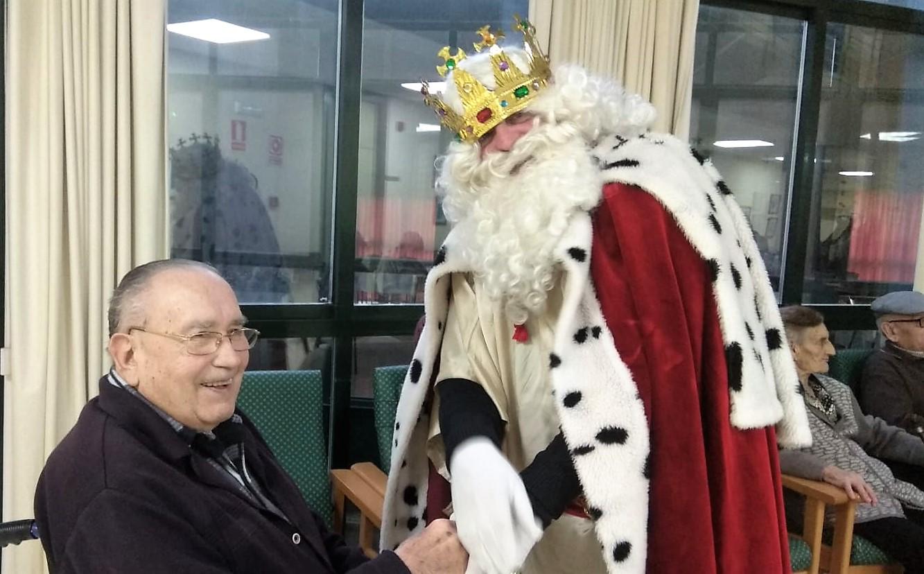 Los Reyes Magos también repartieron ilusión entre las personas  mayores