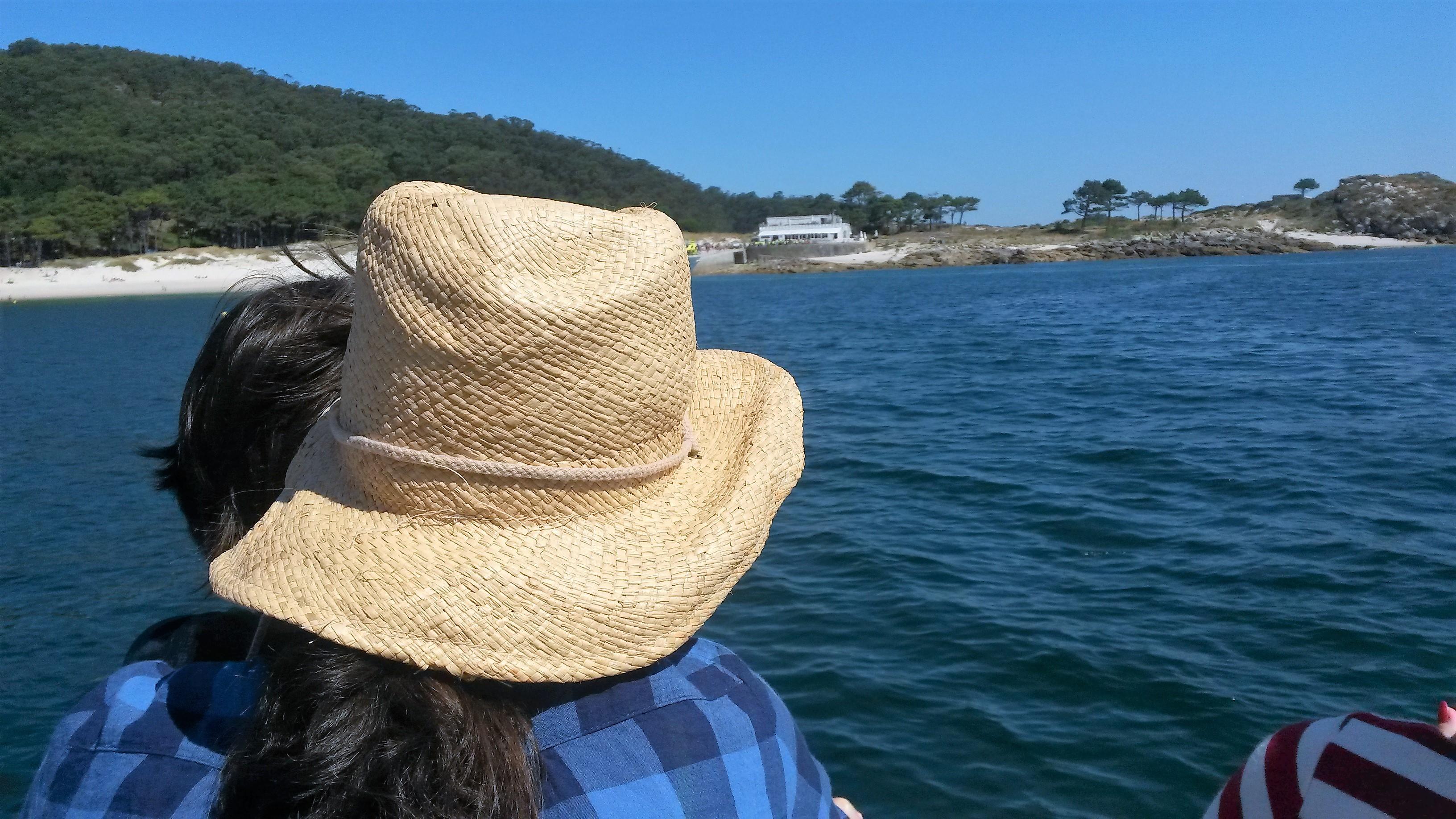 Un barco acerca hasta las Illas Cíes