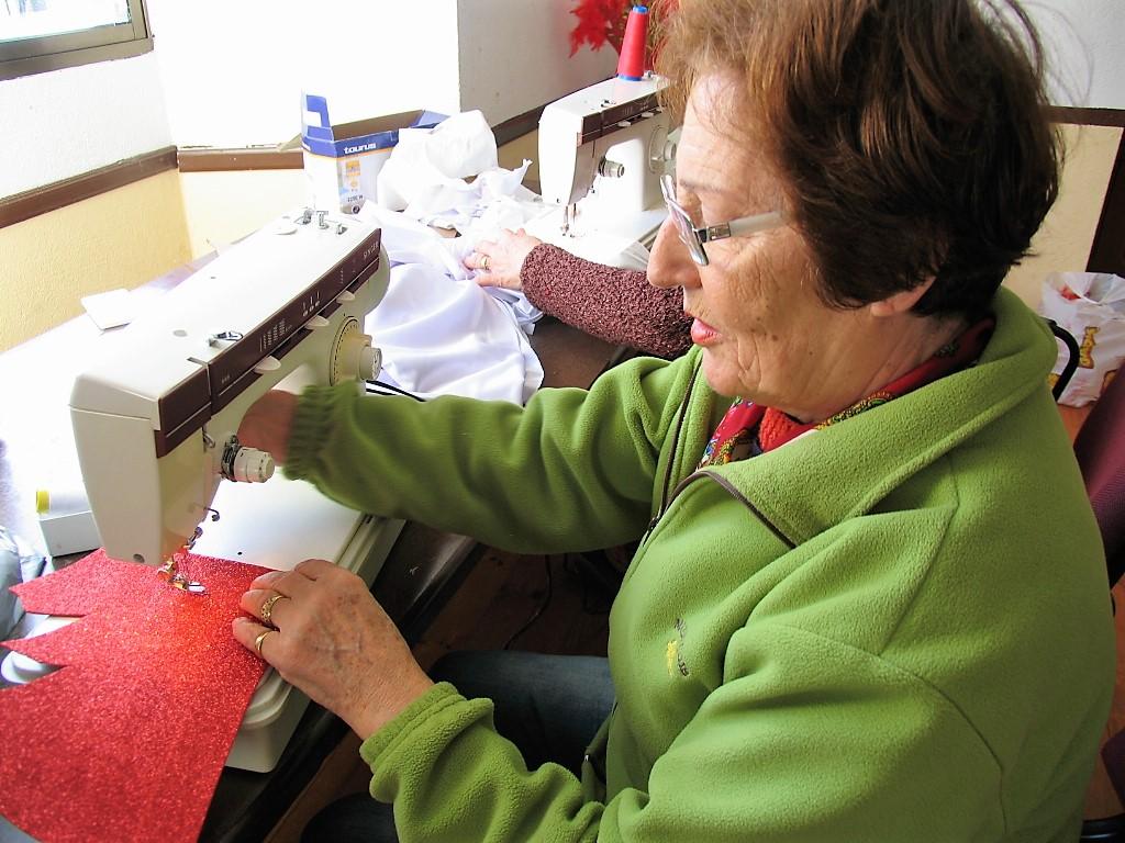 Amalia Campos, a la máquina de coser