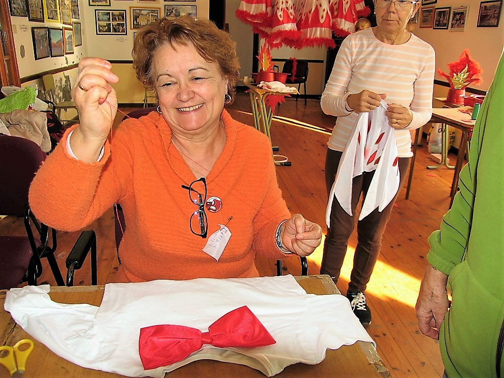 Benita González con aguja e hilo