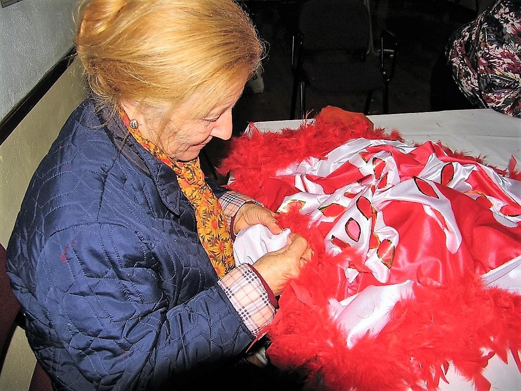 Carmen Álvarez cosiendo