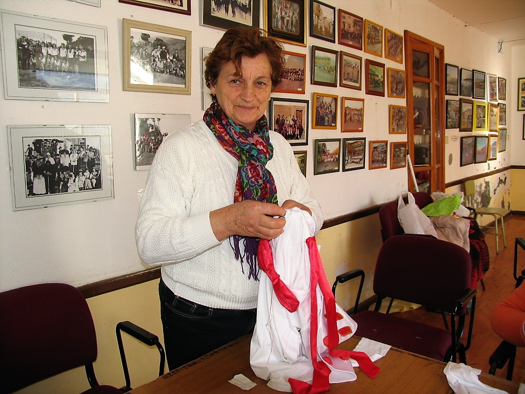 Carmen Estévez cosiendo a mano