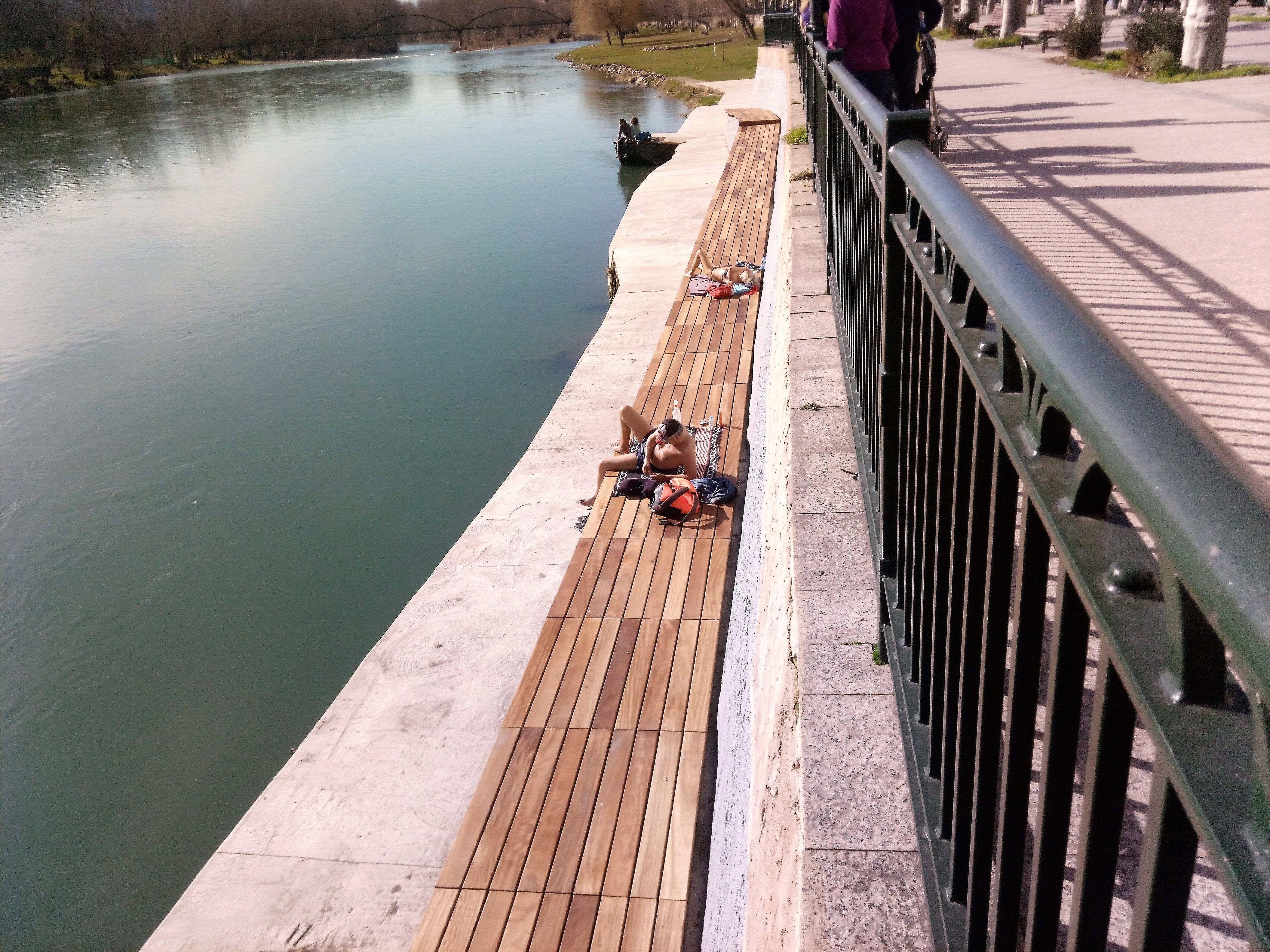 Dos bañistas estrenaron la nueva tarima de la playa fluvial de O Barco