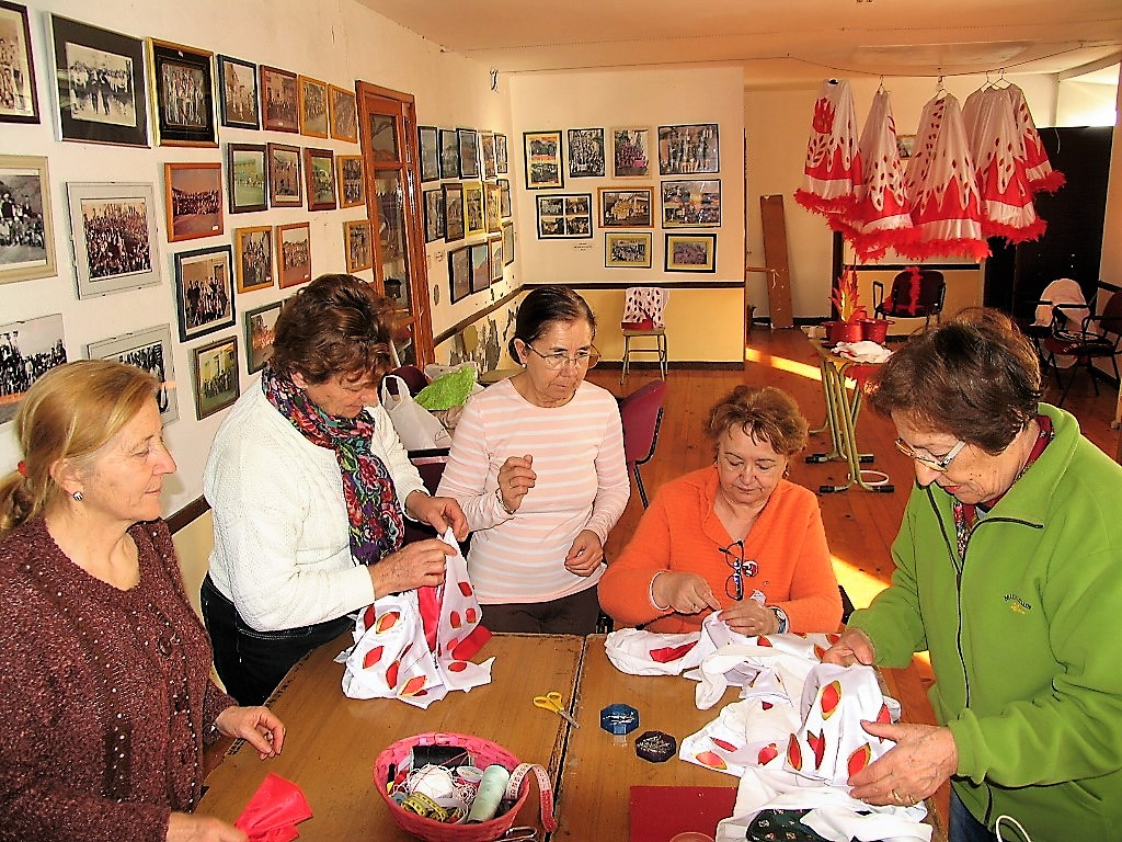 Mujeres cosiendo el disfraz