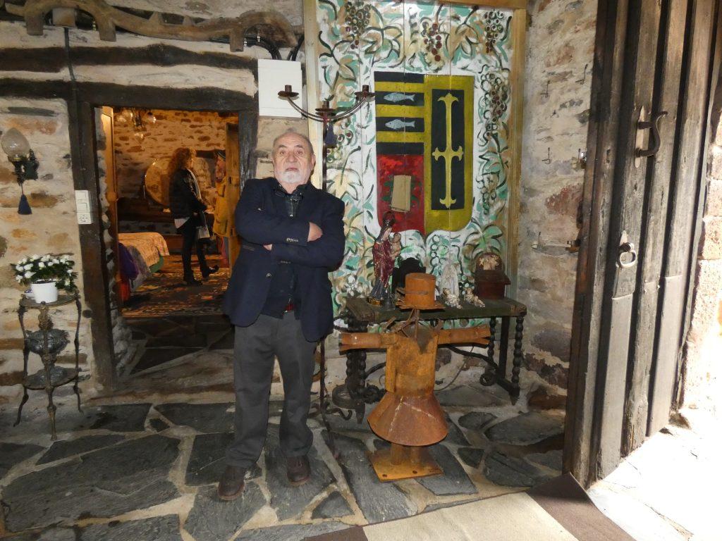 Pepe Brasa, junto a un escudo de la Casa Gayoso y un espantapájaros de la exposición