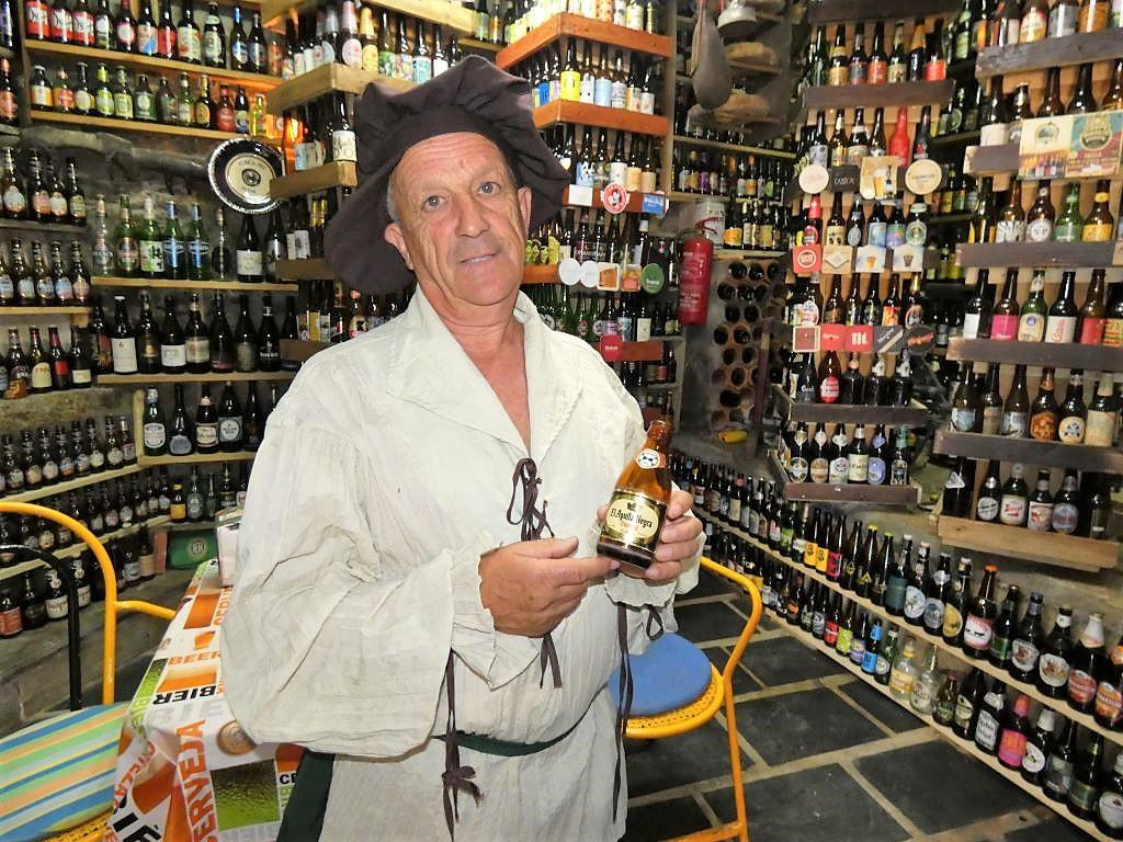 La colección de botellas de cerveza de Javier López alcanza el quinto puesto del ranking nacional