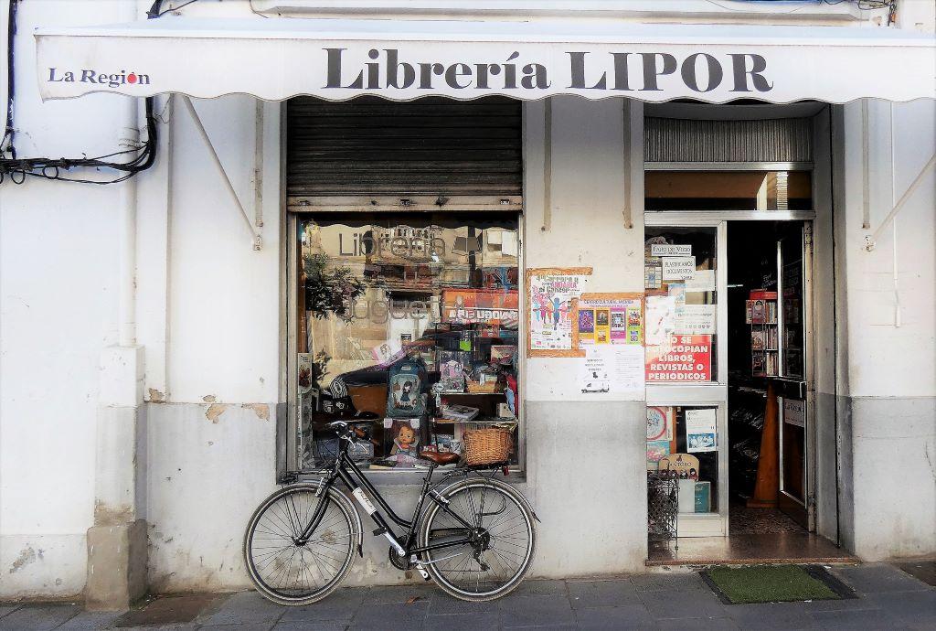 La antigua Librería Lipor de A Rúa cierra y liquida a precios de saldo