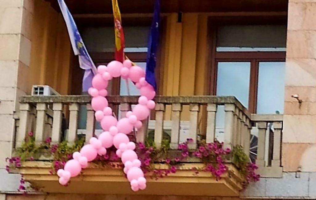Un día gris teñido de rosa: lazos en la batalla contra el cáncer de mama