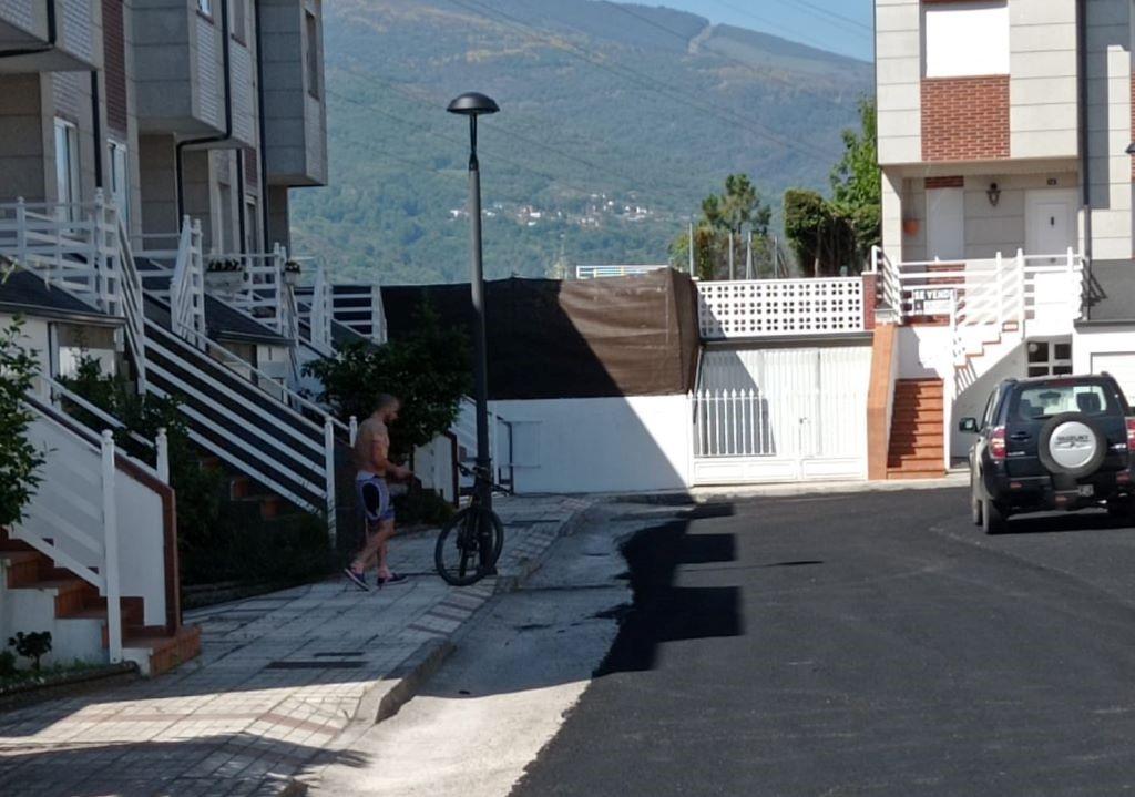 """""""La Cerámica"""" se queja de su nuevo asfalto y el alcalde de O Barco recuerda que la obra no ha terminado"""